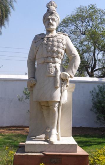 Old Moti Bagh. Jardins. Statue de S.A.R. le Maharajah BHUPINDER SINGH qui adorait les médailles.