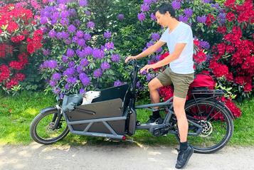 Ben Nur und sein Hund Osho auf dem Lastenrad von Riese und Müller