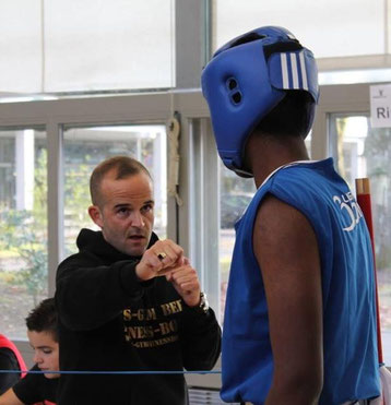 "Marco Spath (Coach Boxing Team Ittigen) mit Jegaswissan ""Swissan"" Jeganathan(Boxing Team Ittigen) im 4. Kampf, 4. Swissboxing LC-Cup Bern, November 2015"