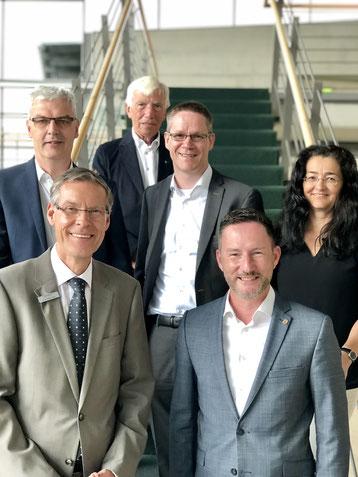 (v.l.n.r.) Wirtschaftsförderer Albrecht Pförtner, Landrat Sven-Georg Adenauer, Kreistagsabgeordneter Hartwig Fischer, Thorsten Baumgart, Stephen Paul MdL, Silke Wehmeier