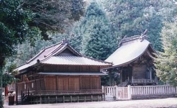 稲田神社の拝殿(左)と本殿