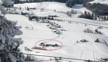 Blick auf den winterlichen Hof aus der Gondelbahn Hochkössen