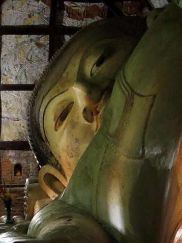 Goldbuddha in der Shwesandaw Pagode