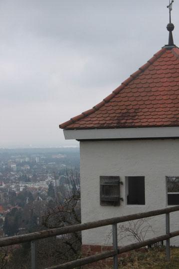 """am Robberg - """"weißes Häusle"""" - schöner Ausblick über Ettlingen und Karlsruhe ins Oberrhein-Tal (G. Franke)"""
