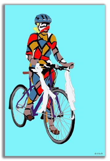 Frau auf Fahrrad mit Bodypainting