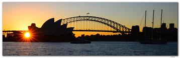 Sydney Opernhaus und Harbour Bridge am Abend mit Sonnenuntergang