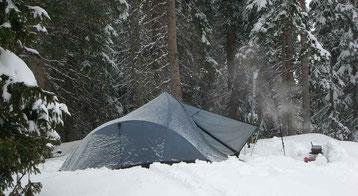 Bild:Zelten,David Brandenberger beim Wintercamping im Schnee.