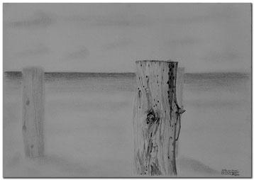 Bleistiftzeichnung von Pfählen am Strand von Amrum.
