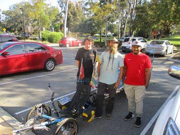 Solatrike und David mit zwei Jugendlichen in Perth.