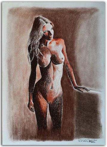 Ein Bild mit Rötelstift und Kohlestift zeigt eine nackte Frau, die aus dem Fenster blickt.