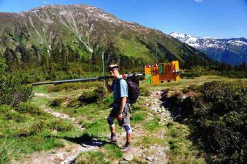 Bild:David Brandenberger beim wandern mit Wegweiser auf dem Buckel,Madrisa,Klosters.