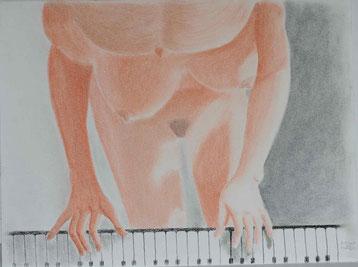 Zeichnung mit Rötel- und Schwarzkreide von einer Frau am Piano aus der Vogelperspektive.