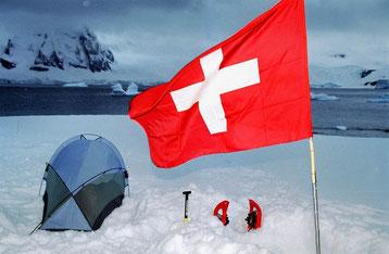 Bild:Zelten auf Eis und Schnee. David Brandenberger is Camping on Rongé Island,Antarctica.