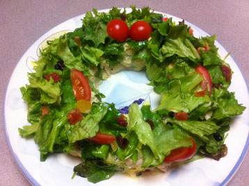 リースサラダを作りました!我が家での持ち寄りパーティーの一品で〜す。Xmasっぽいでしょ!!