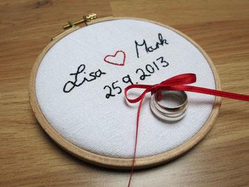 Dawanda: Ringkissen im Stickrahmen mit eurer Handschrift von Hochzeitsstube.