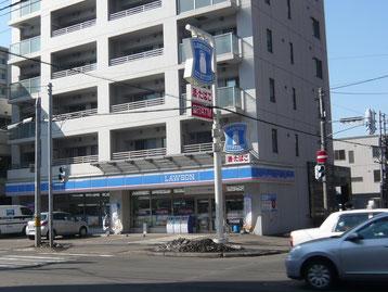 札幌駅出口16番付近には、ローソン等コンビニあります!