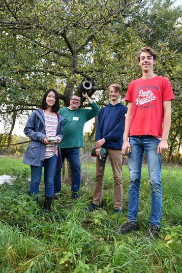 NAJU_2019-09-27_Obstwiese_DSC_6264 Teens nach erfolgreichem Montieren einer Steinkauzniströhre, Foto Beate Butsch_ws.jpg