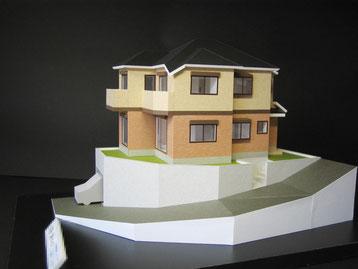 高低差のある道路に面した敷地に建つ住宅模型