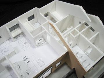屋根を取り外した状態の住宅模型