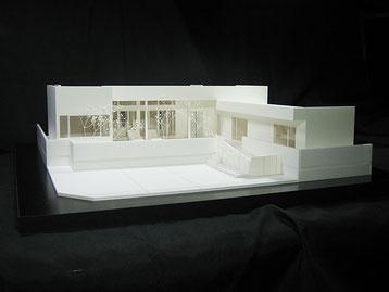 リゾートハウス風の平屋住宅模型の正面から