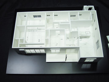 平屋の住宅模型の屋根を取り外した状態