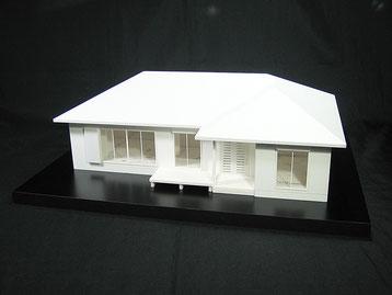 寄せ棟の平屋住宅模型