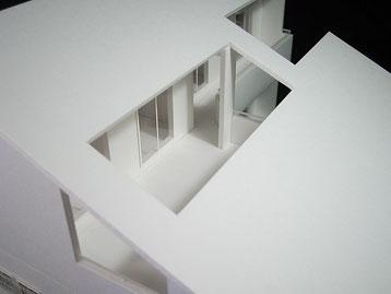 大屋根の内側にバルコニーがある住宅模型