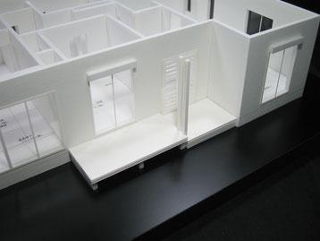 白地の住宅模型の玄関先