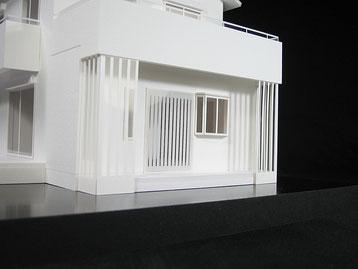 多数の飾り柱で構成された玄関の住宅模型
