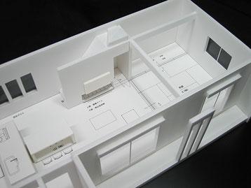 無駄なく階段下に収納がある住宅模型