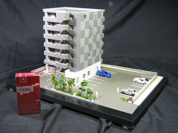 マンション模型をタバコの箱と比較してみた画像