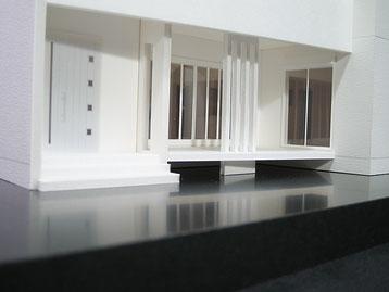 ウッドデッキに4本の柱がある住宅模型