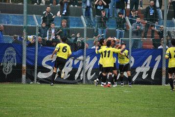 44': Mela festeggiato dopo il gol del vantaggio