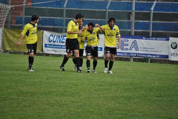 50': Iannolo festeggiato dopo il gol del definitivo 3-1