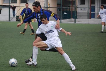 Francesconi cerca di superare un avversario