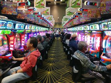 """Andere Teilnehmer haben sich mal """"Pachinko"""" Slotmaschinen angeschaut..."""