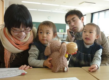 双子ちゃん。おもちゃも2個ずつのようです。^^