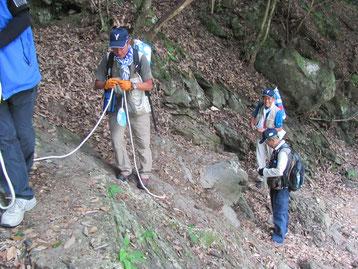 ロープで誘導した危険箇所での撤去するスタッフ