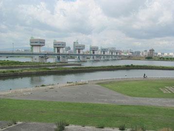 大川に流れ込む水位を調節する洗堰(淀川本流に設置されている)