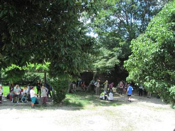 広沢池横の公園で列詰め、皆んな木陰で休憩