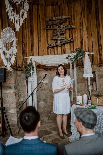 Hochzeitspaar bei der freien Trauung in der Natur