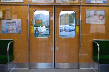 角が丸い窓の扉