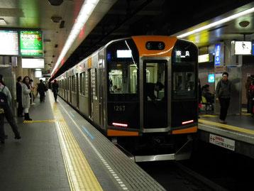 2番線停車中の近鉄奈良行き快速急行列車