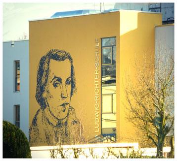 Ludwig Richter - das großflächige Porträt am Schul-Neubau