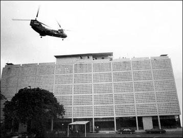 Evacuación de civiles sudvietnamitas, compañeros de trabajo de los norteamericanos en la embajada de EEUU en Saigón el 30 de abril de 1975, horas antes de la entrada del ejercito de Vietnam del norte en la ciudad.