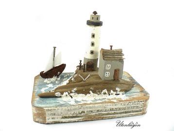 Treibholz - Leuchtturm, Fischerboot und Fischerhaus - maritime Szene
