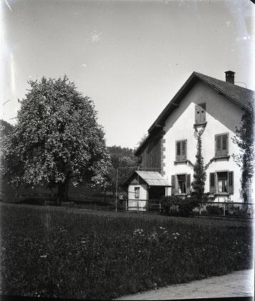 Das Haus von Fam. Andres und Karoline Fricker-Studer (Metzger / Mechanikers) am Unteren Kirchweg 30.  Heute ist unterhalb die Schreinerei Brogle angebaut. (Bild ab Glas-Negativ von August Studer, Schreiner; um 1926)