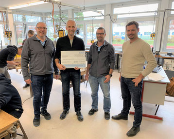 v.l.n.r. Bürkert-Ausbilder Christof Schmuck, Rektor Thomas Weniger, Bürkert-Ausbilder Holger Koch, Technik-Lehrer Florian Nuber