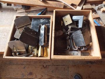 黒檀箪笥と桐箪笥の金物を叩き伸ばし錆などを磨き落としました。