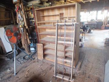 桐たんすの割れ直しと汚れ落としをして台輪の桐貼りと戸板の割れ修理をしました。